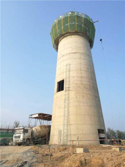 法国有一座多功能的水塔,在高处设置水柜,中部为办公用房,底层是商场.